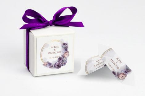 Pudełko na krówki z fioletową kokardą