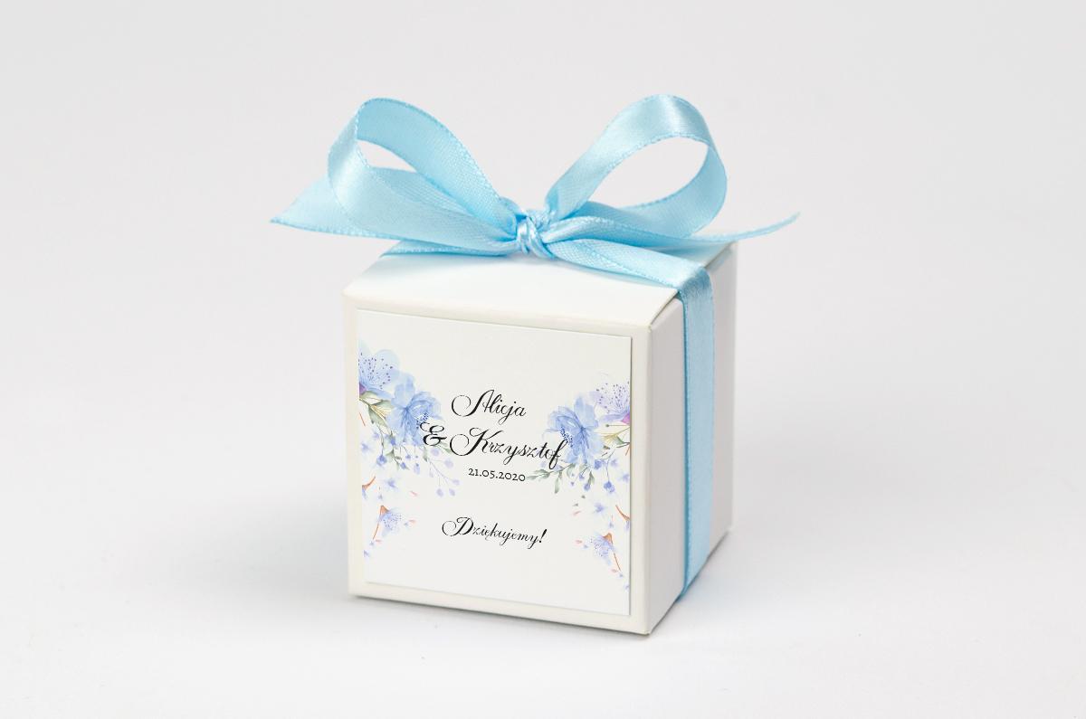 Pudełko na krówki z niebieską kokardą