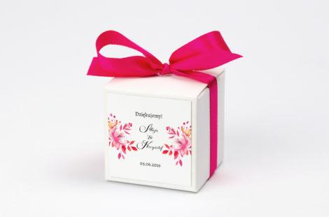 Pudełko na krówki z malinową kokardą