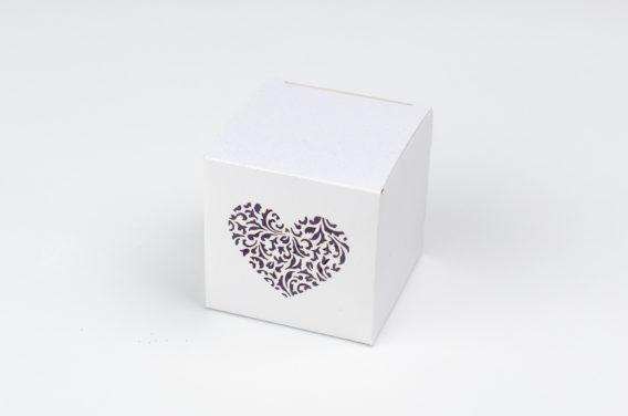 biale-ozdobne-pudelko-z-ornamentowym-sercem