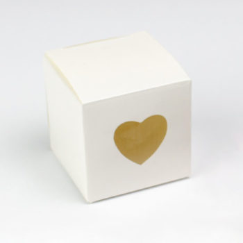 biale-ozdobne-pudelko-z-sercem
